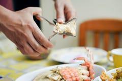 人的手特写镜头崩裂在盘上的龙虾 图库摄影