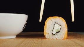 人的手由筷子采取寿司 股票视频