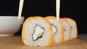 人的手由筷子采取从行的一个寿司 影视素材