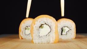 人的手由从板材的筷子采取寿司 股票录像