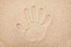 人的手的版本记录在沙子的 图库摄影