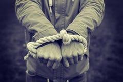 人的手绑住与绳索特写镜头 人权和暴力的概念 免版税库存图片