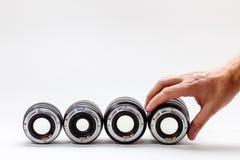 人的手调整一个摄影透镜 昂贵的玩具的一汇集成人的 库存照片