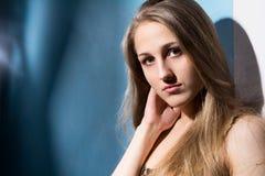 年轻人的接近的女孩纵向 免版税库存图片