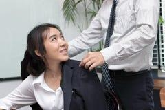 人的播种的图象在办公室工作场所小心可爱的年轻亚裔女商人 图库摄影