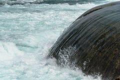 从人的春天快速流动的水做了沿尼亚加拉河急流的运河口岸 库存照片