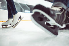 人的曲棍球滑冰和妇女的花样滑冰  库存图片