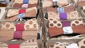 人的木蝶形领结手工制造在立场,在礼物盒的木弓领带男性的,行家的,陈列衣裳对夏天 股票录像