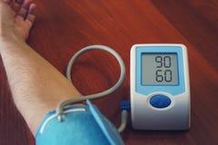 人的检查血压显示器和心率显示器与数字式压力表 免版税图库摄影