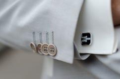 人的白色亚麻制衣服和衬衣袖口 免版税图库摄影