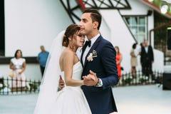 年轻人的第一个婚礼舞蹈与夫妇结婚 库存照片