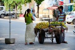 人的缅甸人销售香蕉 库存图片