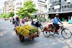 人的缅甸人销售香蕉 免版税库存图片