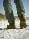 人的腿从下面观看,冬天步行,旅行概念 免版税图库摄影
