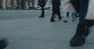 人的腿在街道上的 股票录像