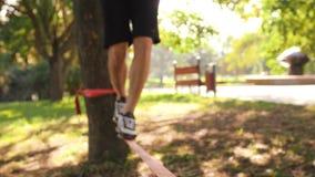 人的腿特写镜头平衡在slackline 4K缓慢的mo英尺长度的 股票视频