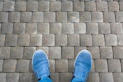 人的腿鞋子的 库存图片