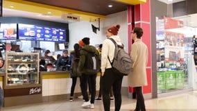 人的行动为预定的食物排队在mcdonalds结算台 股票视频