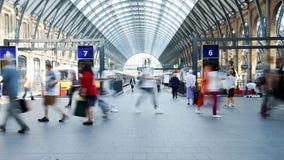 人的运动在高峰时间,火车站, Cross国王的 库存图片