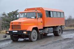 人的运输的橙色汽车 免版税库存图片