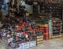 人的鞋子、许多小商店和柜台在街道上在旁边 免版税图库摄影