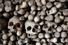 人的骨头和头骨在Sedlec藏有古代遗骨的洞穴在Kutna Hora附近 免版税库存照片