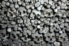 人的骨头和头骨在Sedlec藏有古代遗骨的洞穴在Kutna Hora附近 免版税库存图片