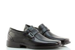 人的黑色皮革易穿脱的衣服鞋子 免版税库存图片
