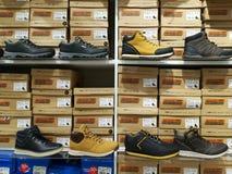 人的-秋天季节体育鞋子 库存照片