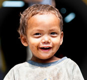 年轻人的画象抹上了微笑在加德满都, Ne的sherpa男孩 免版税库存图片