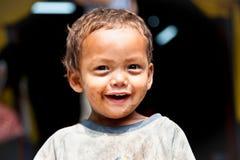 年轻人的画象抹上了微笑在尼泊尔的sherpa男孩。 库存照片