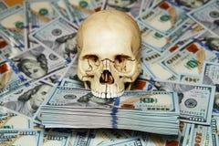 人的头骨和美元 免版税图库摄影