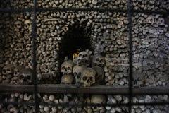 人的头骨和骨头装饰在一藏有古代遗骨的洞穴的哥特式所有圣徒公墓教会在Kutna-Hora,捷克 免版税库存照片