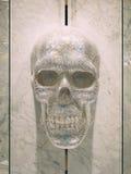 人的头骨由水晶做成 装饰的元素在衣物的 免版税库存图片