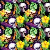 人的头骨,热带叶子,异乎寻常的花 重复在黑背景的样式 水彩 库存图片