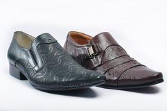 人的黑snakeskin鞋子 库存图片
