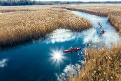 人皮船的在秋天河的芦苇中 库存照片