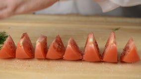 人盐溶切片裁减蕃茄盐,洒碎胡椒和被击碎的茴香绿色 股票视频