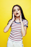 年轻人相当少年妇女情感摆在黄色背景,时尚生活方式人概念 免版税库存图片