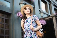 年轻人相当时髦女孩时尚妇女画象摆在城市的在欧洲 免版税库存照片