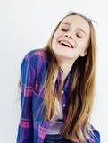 年轻人相当白肤金发十几岁的女孩情感摆在,在白色背景隔绝的愉快微笑,生活方式人概念 免版税库存图片