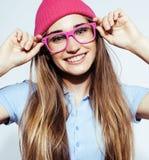 年轻人相当白肤金发十几岁的女孩情感摆在,在白色背景隔绝的愉快微笑,生活方式人概念 图库摄影