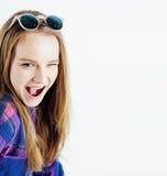 年轻人相当白肤金发十几岁的女孩情感摆在,在白色背景隔绝的愉快微笑,生活方式人概念 库存照片