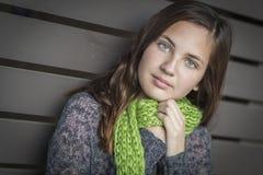 年轻人相当蓝眼睛的青少年的女孩画象  库存照片