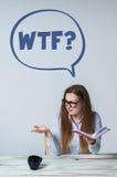 年轻人看心绪不宁的女实业家  免版税库存照片
