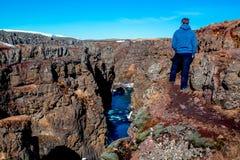 人看造成河的一道峡谷流动 库存图片
