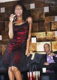 人看酒吧的跳舞妇女 库存照片