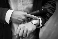 人看他的手表 库存照片