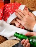 年轻人睡眠用啤酒 免版税库存图片