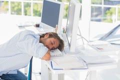 人睡着在他的书桌 库存图片